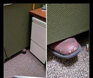 Mój współpracownik lubi czasem trzymać nogę pod ścianką pomiędzy naszymi stanowiskami