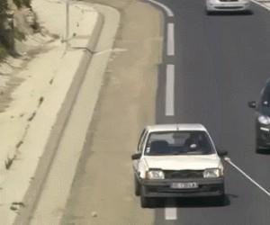 Z drogi śledzie, niewidomy jedzie!