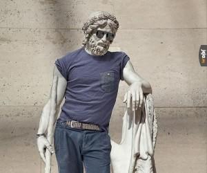 Antyczne greckie rzeźby w hipsterskich ciuchach