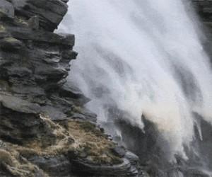 Potężny wiatr sprawia, że wodospad się cofa