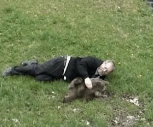 Zabawa z małym niedźwiadkiem