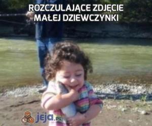 Rozczulające zdjęcie małej dziewczynki