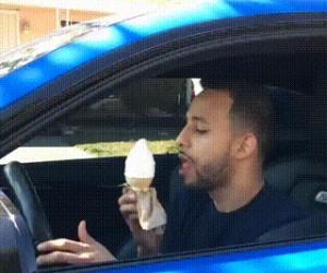 Jedzenie lodów w miejscu publicznym