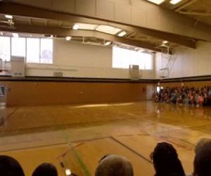 Magiczny wieloryb na sali gimnastycznej