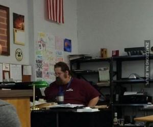 Nauczyciel szpiegował dziewczynę na FB i wszyscy to widzieli