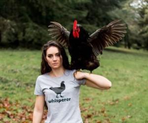 Kobieta z majestatycznym ptakiem