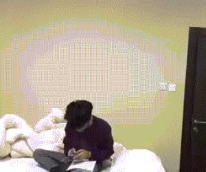 Udawanie, że śpisz, gdy ojciec wchodzi