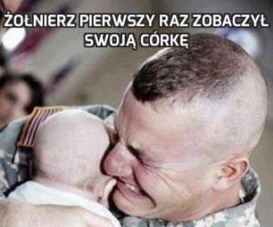 Żołnierz pierwszy raz zobaczył swoją córkę