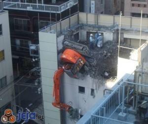 Koparka na budynku