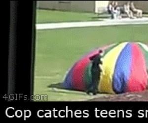 Policjant łapie nastolatków na paleniu marihuany