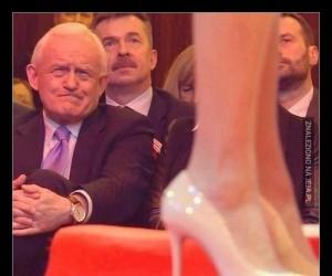 Leszek Miller patrzący na nogi Magdaleny Ogórek