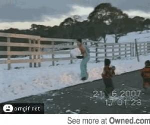 Śnieżne zabawy z tatą