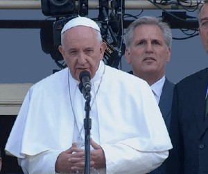 Gdy masz problem ze sztuczną szczęką podczas przemowy papieża