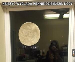 Księżyc wygląda pięknie dzisiejszej nocy