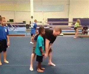 Uwaga, trener rzuca dziećmi
