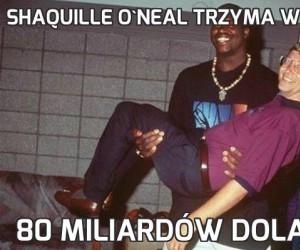 Shaquille O'Neal trzyma w rękach