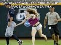 Dziewczyna wbiegła na boisko, żeby łapać zawodników za tyłki