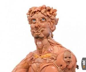 Rzeźba stworzona z zepsutych lalek