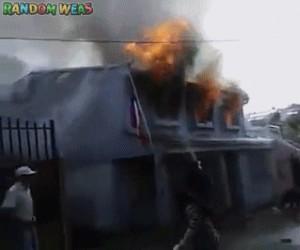 Kiedy sąsiadowi, którego nienawidzisz, pali się dom