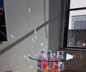 Szklany stolik mieniący się kolorami tęczy