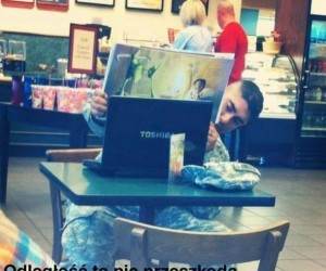 Żołnierz czyta bajkę swojemu dziecku