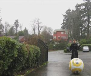 Kylo Ren na BB-8, grający na płonących dudach w deszczu