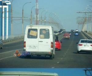 Nie wiem dlaczego, ale ten samochód wydaje się podejrzany...