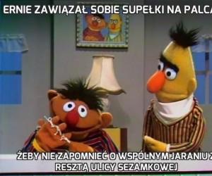 Ernie zawiązał sobie supełki na palcach