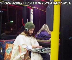 Prawdziwy hipster wysyłający smsa