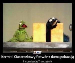 Kermit i Ciasteczkowy Potwór z dumą pokazują