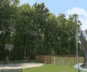 Rzut do kosza z trampoliny