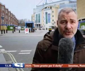 Dziennikarz i banan dla skali