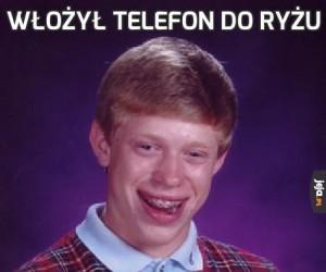 Włożył telefon do ryżu