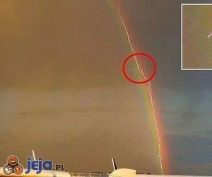 Piorun uderzający w samolot we wnętrzu tęczy