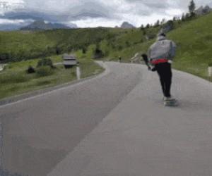 Jadąc deskorolką trochę zwolnił, aby wyprzedzić rowerzystów