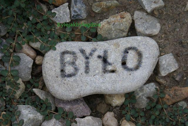 Kamień z napisem BYŁO