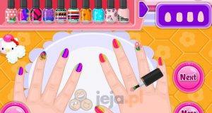 Mała Barbie maluje paznokcie