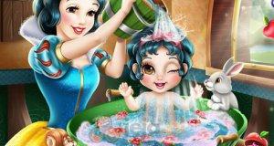 Śnieżka myje dziecko