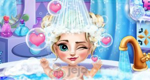 Mała Elsa podczas kąpieli