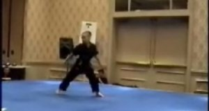Dziewczyna trenująca karate