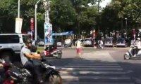 Ekstremalne przejście przez pasy w Sajgonie