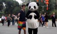 Roztańczony student i jego studniowa podróż po Chinach