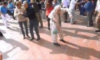 Tańczący dziadek daje czadu z dwoma laskami