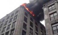 Straż jedzie do pożaru i niszczy okoliczne auta torując drogę