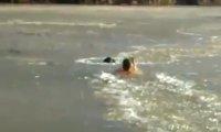Facet ratuje swojego psa ze środka zamarzniętej rzeki