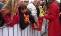 Chytra baba na otwarciu Biedronki w Łodzi