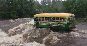 Autobus z ludźmi porwany przez wodę
