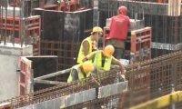 Krystyna Czubówna obserwuje robotników