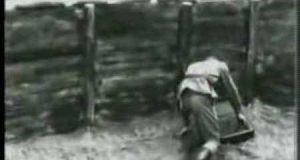 Nawalony żołnierz rzuca granatem