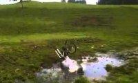 Błotna kąpiel rowerzysty